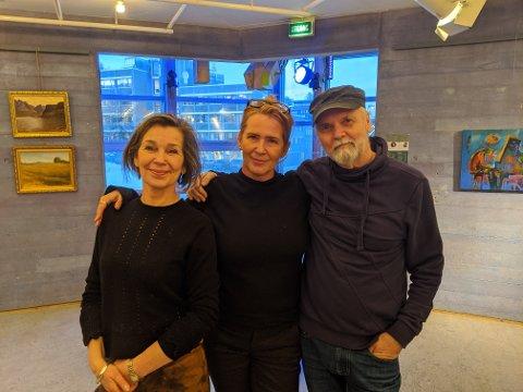 """NORDLYSFESTIVAL: Anna-Brith Arntsen, Kristin Josefine Solstad og Svein Arild Berntsen viser frem utstillinga """"Maleriets Musikalitet""""."""