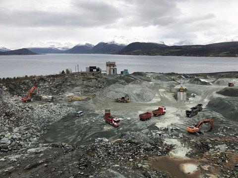 STOR ETTERSPØRSEL: Bergneset Pukk og Grus AS har aldri før solgt så mye strøsand. Bildet viser selskapets anlegg på Bergneset i Balsfjord.