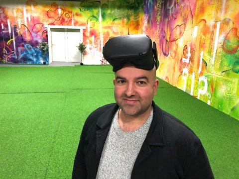 BRILLER: Milad Shakir med VR-brillene som er nøkkelen til den spillsatsingen til Tromsø sport- og eventsenter.  Nå må han konstatere at det er underskudd for fjerde år på rad