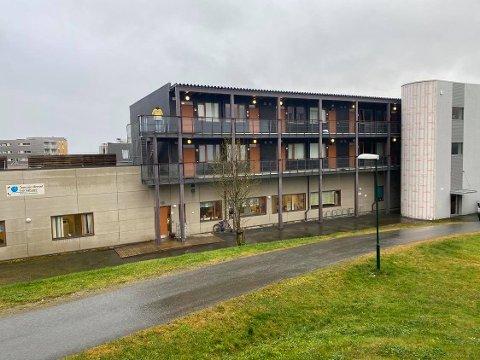 BARNEHAGE: I denne leilighetsblokken skjedde knivstikkingen. To personer ble sendt til UNN etter hendelsen.