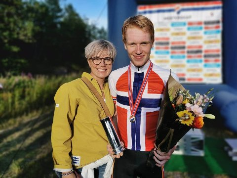 STOLT: Mamma Oddveig Rikardsen forteller at sønnen Andreas Rikardsen Leknessund alltid har vært dedikert i det han har gjort, som har inkludert sirkusskole, animasjonsfilmer og en tidlig droppet fotballkarriere. Nå har 18-åringen blitt europamester, og sikter mot VM-gull.