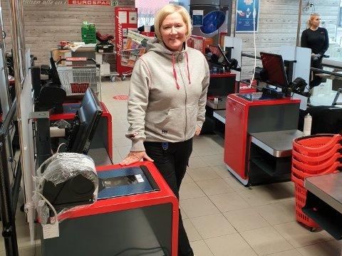 SELVBETJENTE KASSER: Her står daglig leder Trine Tøllefsen foran de nye, selvbetjente kassene.