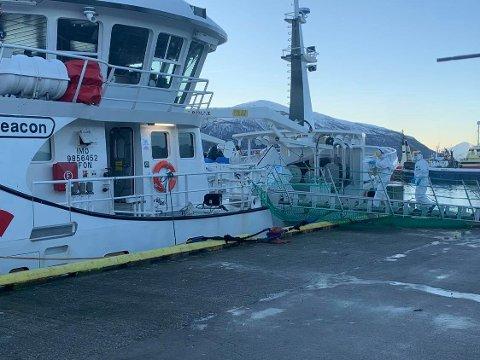 TESTES: Mandag morgen la fiskebåten til i Tromsø.  Kommunen var på plass ved kaia i Breivika for å teste mannskapet for korona.