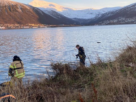 I VANNET: En bil har havnet i Tromsøysundet tirsdag ettermiddag.