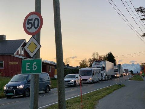 Køen i Olderdalen vil strekke seg. Veien åpner ikke i natt.