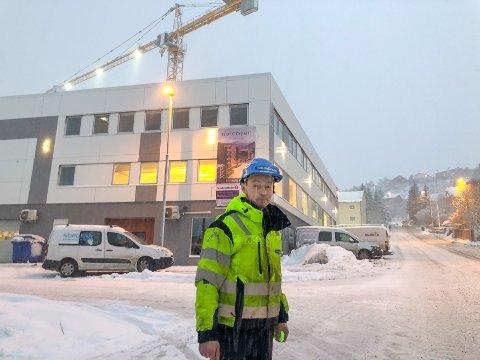 FORNØYD: Rune Richardsen, sjåfør hos Nordic Crane, kan ikke få rost Bydrift nok for kvikk respons i morges med å gjøre Søren Zachariassens gate kjørbar på glatta. Foto: Are Medby