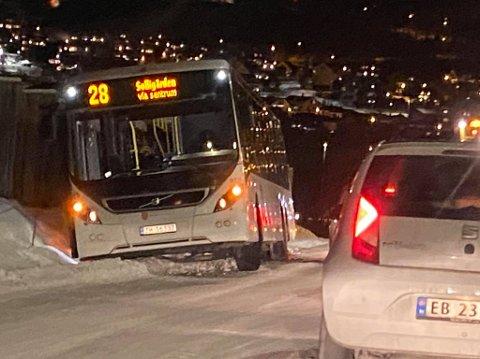 I GRØFTA: Trafikken kommer seg forbi stedet der bussen står fast.