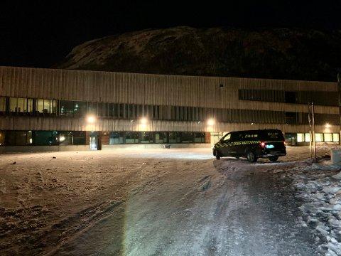 Her er Trygg vakt på plass i skolegården til Tromstun skole tirsdag morgen etter at et vindu er brutt opp i natt. Foto: Stian Saur
