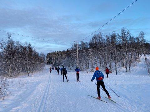 FRUSTRERT: En skigåer er frustrert over gående og syklistet i skiløypa. Søndag var det hele 3126 passeringer ved Charlottenlund, der bildet er tatt.