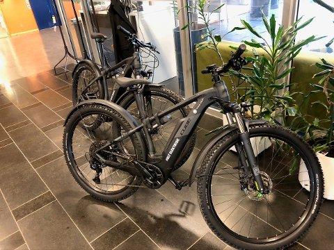 STJÅLET: Disse to el-syklene ble stjålet fra sykkelgarasjen til Troms Kraft på Tomasjord sist søndag.