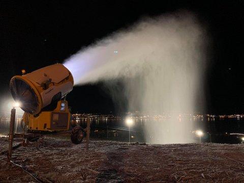 UTNYTTER MINUSGRADENE: Snøkanonene i Tromsø Alpinpark var natt til mandag igang med å produsere snø til skibakken., men måtte skrus av som følge av mildværet.