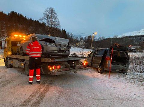VRAK: Det var relativt store materielle skader på de to bilene.