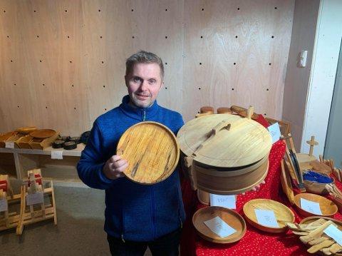 POPULÆR: Håvard Nordgård har åpnet en attraktiv liten sesongbasert butikk i Storgata. Farens håndlagede produkter i tre er populære julegaver.