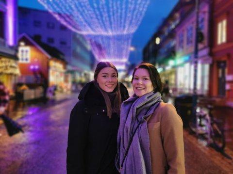 MISFORNØYD: Søstrene Anna- og Martine Strømme synes at det å feire jul med bar bakke blir trasig.
