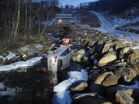 VANSKELIG: Slik lå bilen i Saltdalelva. Steinene og bilens plassering gjorde arbeidet med å få hentet den opp komplisert.
