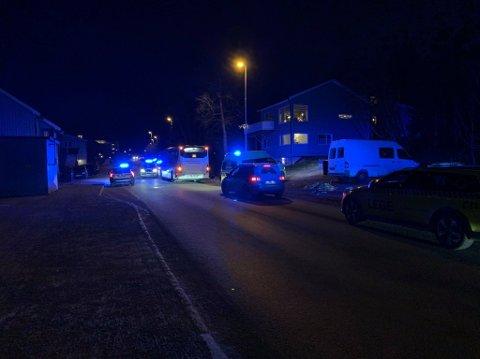 SPERRER VEIEN: Politiet har sperret veien ved Bispegården på Tromsøya etter at det oppsto en akutt sykdomsituasjon på en buss.