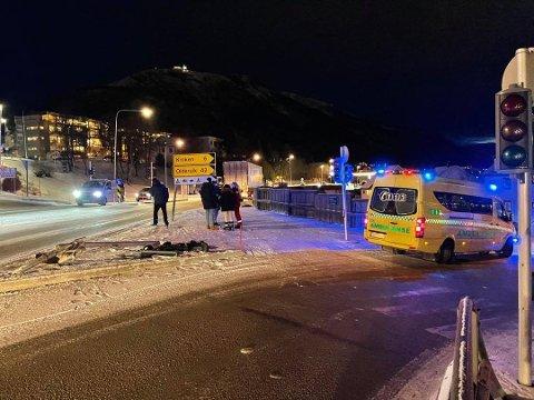 TRUFFET: En kvinne i 70-årene fikk et trafikklyset over seg ved Tromsøbrua etter at lastebilen fikk sleng på hengeren og traff trafikklyset.