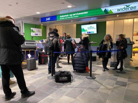 MISNØYE: Passasjerene som skulle ta Widerøes avgang fra Tromsø til Kirkenes klokken 19.35 tirsdag kveld, ble tilbudt  å tilbringe natta på buss.
