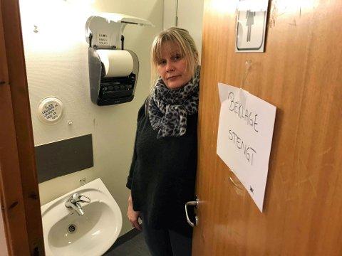 - FLAUT: En oppgitt Merete Killi viser stoda på ett av de stengte toalettene i Tromsdalshallen. - Det er flaut å ta i mot gjester her, sier hun.