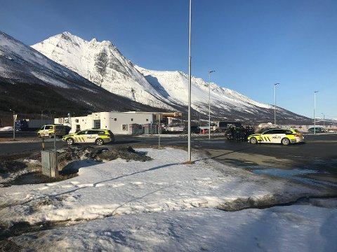 RAN: Shell-stasjonen i Nordkjosbotn i Balsfjord ble utsatt for et ran i 2018. En 33 år gammel svenske er tiltalt i saken, men har foreløpig unnlatt å møte i retten. Nå er han fengslet.