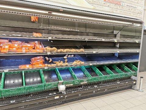TØMMES: I grønnsakshylla på Eurospar Kræmer er det nærmest tomt.