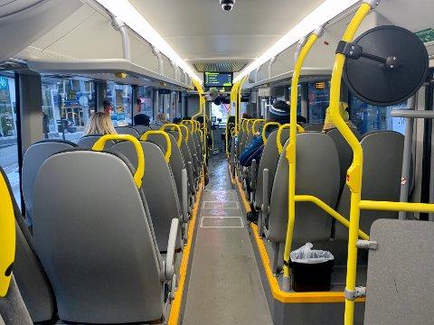 PÅSTIGNING BAK: Passasjerene på denne bussen ble nektet påstigning fremme i bussen. Nå varsler Tide at de vurderer restriksjoner på busstrafikken.