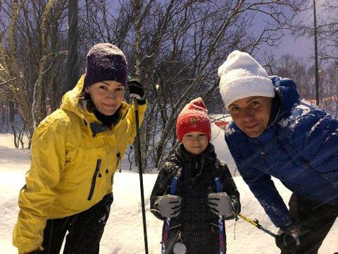 FINSKE SKIELSKERE: Minna Oinas, sønnen Otso og TIL-trener Simo Valakari var blant de relativt mange som koste seg på Charlottenlund fredag kveld mens byens innetilbud for det aller meste er stengt ned.