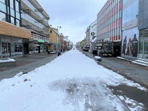TOMT: Slik så Storgata i Tromsø ut lørdag klokken 12. De fleste butikker holder midlertidig stengt.