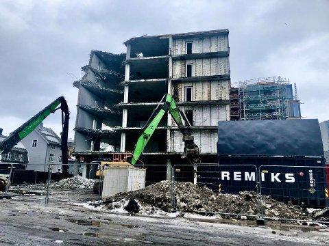 RIVES: Den gamle fasaden rives nå, men prosessen forsinkes av koronaviruset.