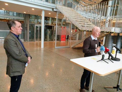 PRESSEKONFERANSE: Smittevernoverlege Trond Brattland snakker på en pressekonferanse 17. mars. Til venstre står ordfører Gunnar Wilhelmsen.
