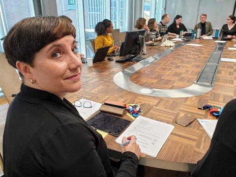 I SJEFSSTOLEN: Kari Henriksen har inntatt sjefsplassen ved formannskapsbordet.