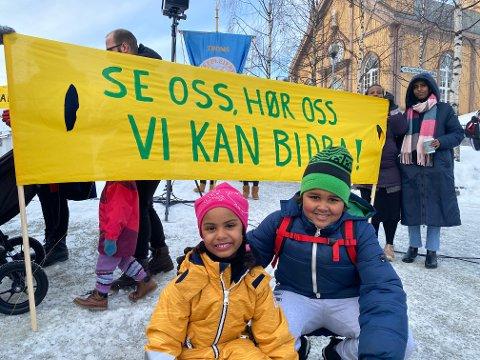 SYNLIGHET: Norah Gilingil og Adam Benjaminsen stilte seg bak parolen «Se oss, hør oss. Vi kan bidra!» for å rette fokus mot diskriminering av innvandrerkvinner i arbeidslivet. Bak til høyre står initiativtaker Farutn Hussein og Ikram Yusuf.