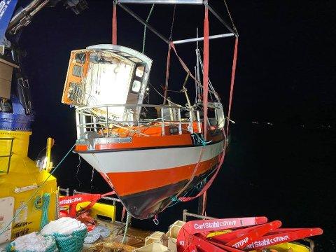 HEVET: Her er båten hevet fra 73 meters dyp. Det skjedde lørdag.