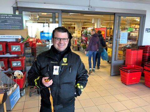 HOLDER TELLINGA: Vekter Sondre Pedersen sikret at antall kunder inne samtidig på Coop i Tromsdalen ikke oversteg 45 på tirsdag.