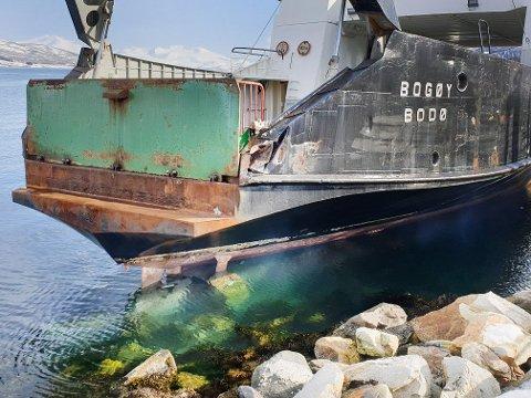 BRAK: Her ligger MF «Bogøy» nærmest i fjæra etter at ferga grunnstøtte tirsdag morgen. Nå undersøker rederiet skadene.