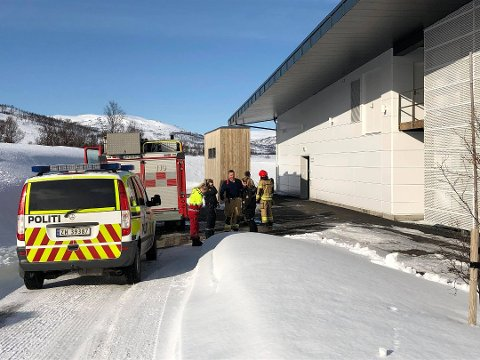 NØDETATENE PÅ PLASS: Her her politi og brannvesen kommet fram til Salarøyveien på Kvaløya. De ansatte på krematoriet fikk raskt kontroll over situasjonen. Foto: Lars Eidissen