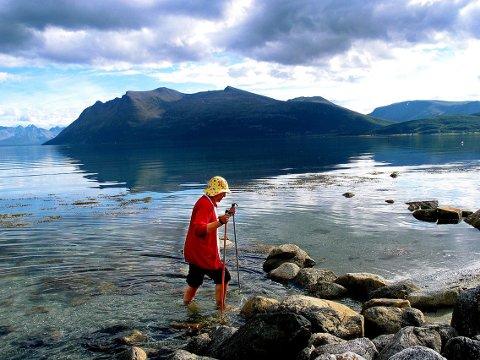 OPPLEVELSER HUN VILLE DELE: Lill Berger Eliassen vasset daglig  i havet sør på Reinøya til langt på høst. Her fra en reportasje da Nordlys var på besøk hos henne og fulgte hennes daglige tur til kirka.