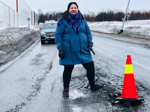OVER BAKKER OG BERG: Tone Marie Myklevoll ser på steinrøysa som har etablert seg midt i veibanen ved Workinnmarka i Tromsø. Veiene i byen har fått store skader etter en hard vinter. Men Ap-politikeren har ikke umiddelbart mer penger til å rette på det.