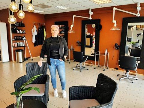 SKUFFET: Eier av Lykke frisør i Nordkjosbotn, Anette Opgård, fikk avslag på sin søknad om kompensasjon for økonomiske tap i forbindelse med koronastengningen av hennes salong. Det gjør henne frustrert, og tvinger henne til å vurdere salongens fremtid.