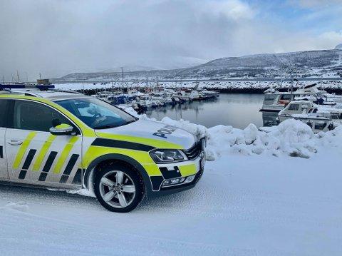 Her er politiet i småbathavna på Hansens, hvor en eldre mann er funnet død lørdag ettermiddag. Foto: Leif-Morten Olaussen