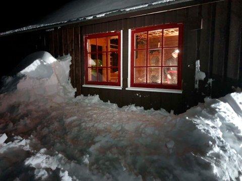 Seint og tidlig har dugnadsgjengen jobbet for å renovere hytta. Foto: Privat