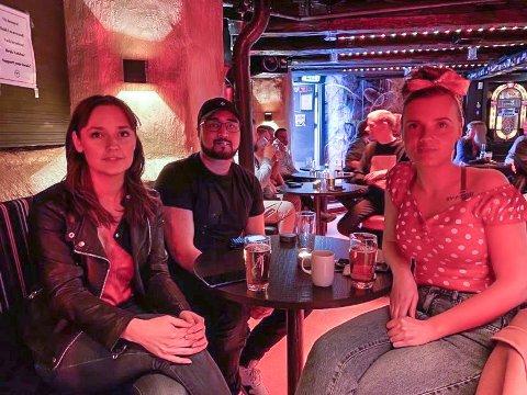 FORNØYDE: Tiril Martinsen, Martin Remleth og Nathalie Martinsen synes det er fantastisk å være tilbake på Bastard bar - og ikke minst  være på konsert.