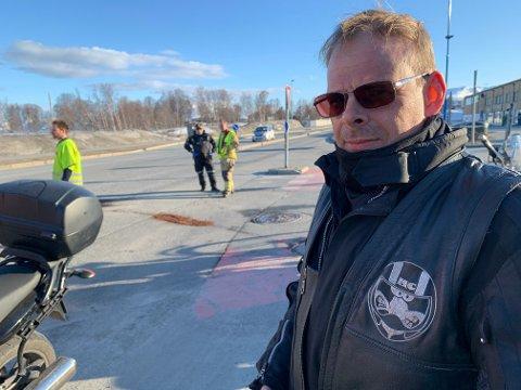 ULYKKE: Otto Skog på ulykkesstedet. Bak ham jobber politiet og brannvesenet med å tørke opp væsken som lekket ut etter at en personbil og en motorsykkel kolliderte.