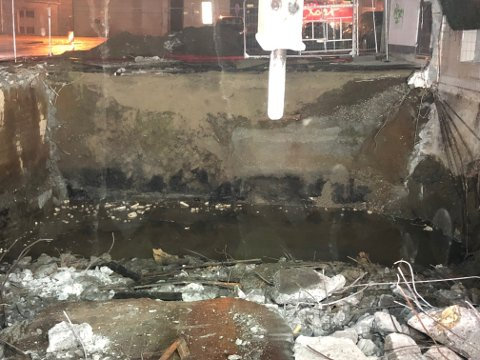 PÅ TOMTA: Slik ser det ut under bakken, der en stor spilloljetank lå, rett under der bensinstasjonen en gang lå.