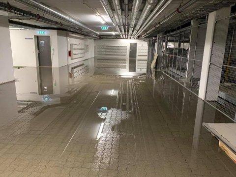 VÅTT: Det er oversvømmelse i parkeringskjelleren på Bjerkaker Sjøpark.  Foto: Jørn Normann Pedersen