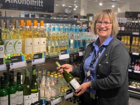 NYE VARER: Butikksjef Helen Myhre Hansen på Vinmonopolet har igjen fått fylt opp hyllene fredag.