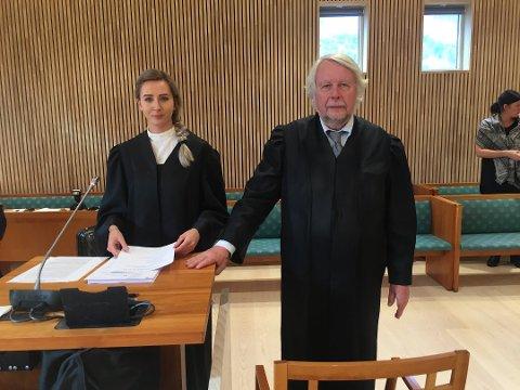 KOLLEGA: Advokat Christian Wiig sammen med Malene Holand under en overgrepssak i Alstahaug tingrett i oktober 2017.
