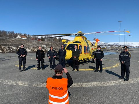 NYTT HELIKOPTER: Det nye helikopteret ble vist fram på Tromsø lufthavn  30. april. her med representanter fra Airlift og politiet.