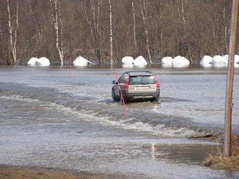 17. MAI 2010: Slik så det ut i Rostadalen i Målselv på nasjonaldagen i 2010, da sommervarme satte fart på snøsmeltingen i fjellet. I år er det langt mer snø både i lav- og høylandet.