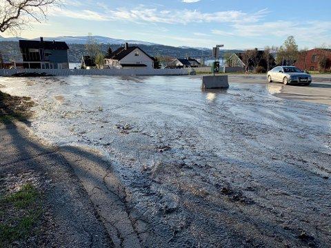 STRIE STRØMMER: Slik så det ut på parkeringsplassen ved Fjellheisen mandag.